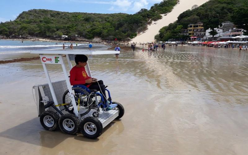 Estudantes criam veículo para cadeirantes irem à praia
