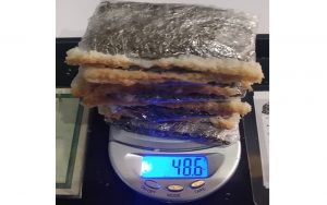 Casal de idosos e mulher são barrados tentando entrar com drogas e celular escondidos em fatias de pão no CDP de Suzano