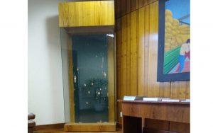 Um ano após massacre em Suzano, porta atingida em ataque está exposta no gabinete do secretário da Educação de SP