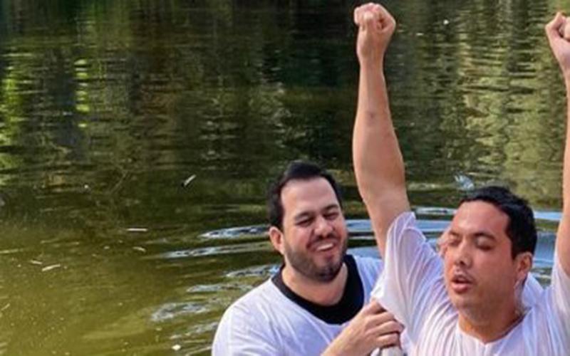"""Em Israel, Wesley Safadão se batiza no Rio Jordão: """"Reafirmando que a minha vida é de Jesus"""""""