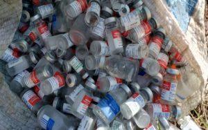 Vigilância apreende 1,5 mil frascos descartados de forma irregular