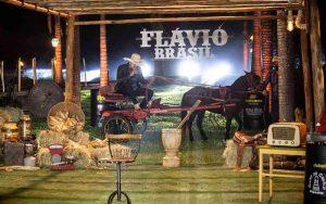 Conheça Flávio Brasil, o cantor levado embora de live por cavalo, ASSISTA