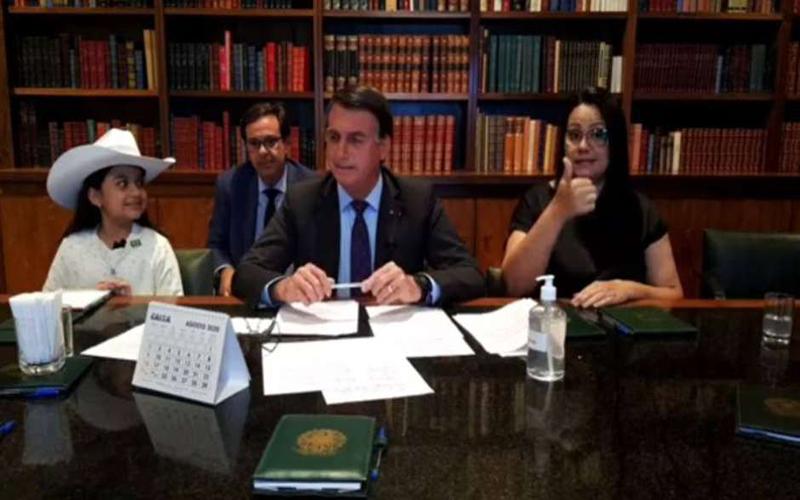 Bolsonaro contesta pena maior para maus-tratos a animais e diz que fará 'enquete' sobre sanção à lei