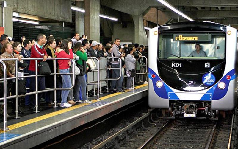 Metrô de SP: projeto quer proibir pessoas 'trajadas antissocialmente'; entenda