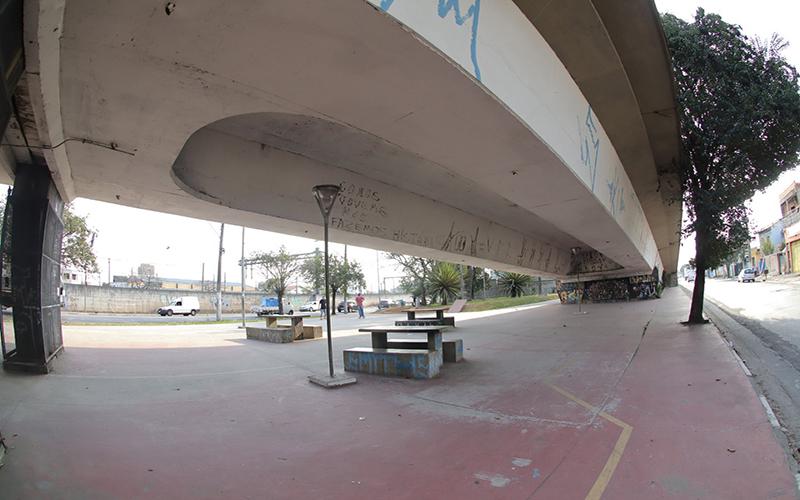 Viaduto passa por manutenção, ganha nova pintura e sinalização
