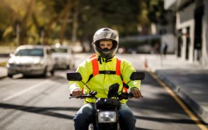 Projeto reduz idade mínima para trabalhar como motoboy