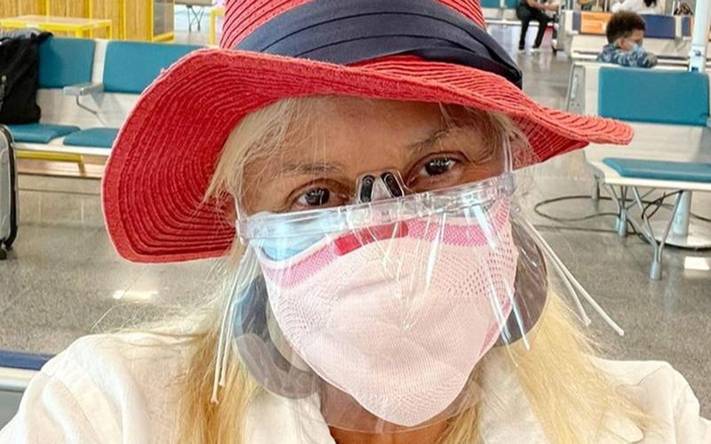 No aeroporto, Fafá de Belém usa tripla proteção contra covid-19