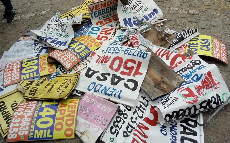 Mais de 200 placas de propaganda irregular são retiradas de ruas em Suzano