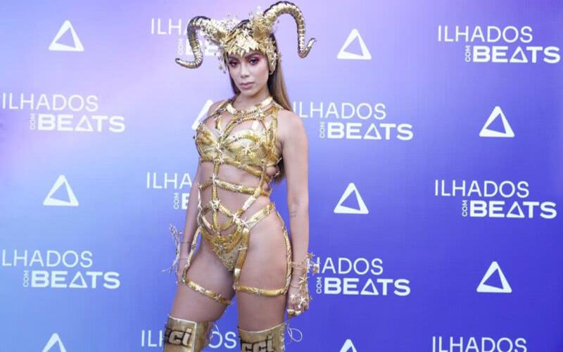 Em live, Anitta esquece as letras das próprias músicas