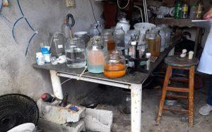 Homem é detido por 'produzir água que cura Covid-19' em Ferraz; cachorro que era usado como cobaia morreu