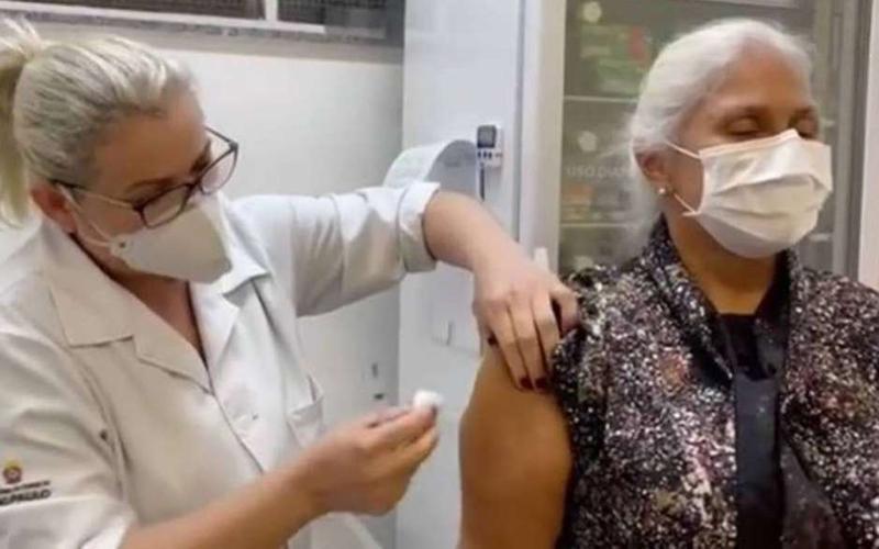 Fafá de Belém é vacinada contra covid-19: 'Muito emocionada'