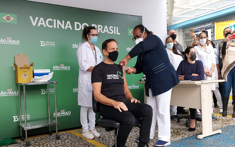 Doria é vacinado por Mônica Calazans, a 1ª brasileira a ser imunizada